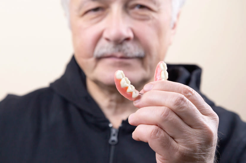 Implantate Zahnarztpraxis Senior mit Gebiss
