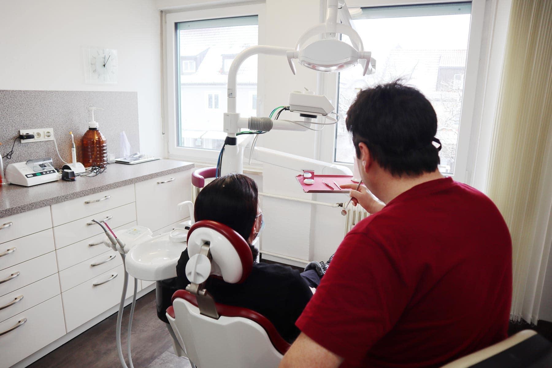 Zahnarzt Nelson Cartagena Behandlung mit Patient