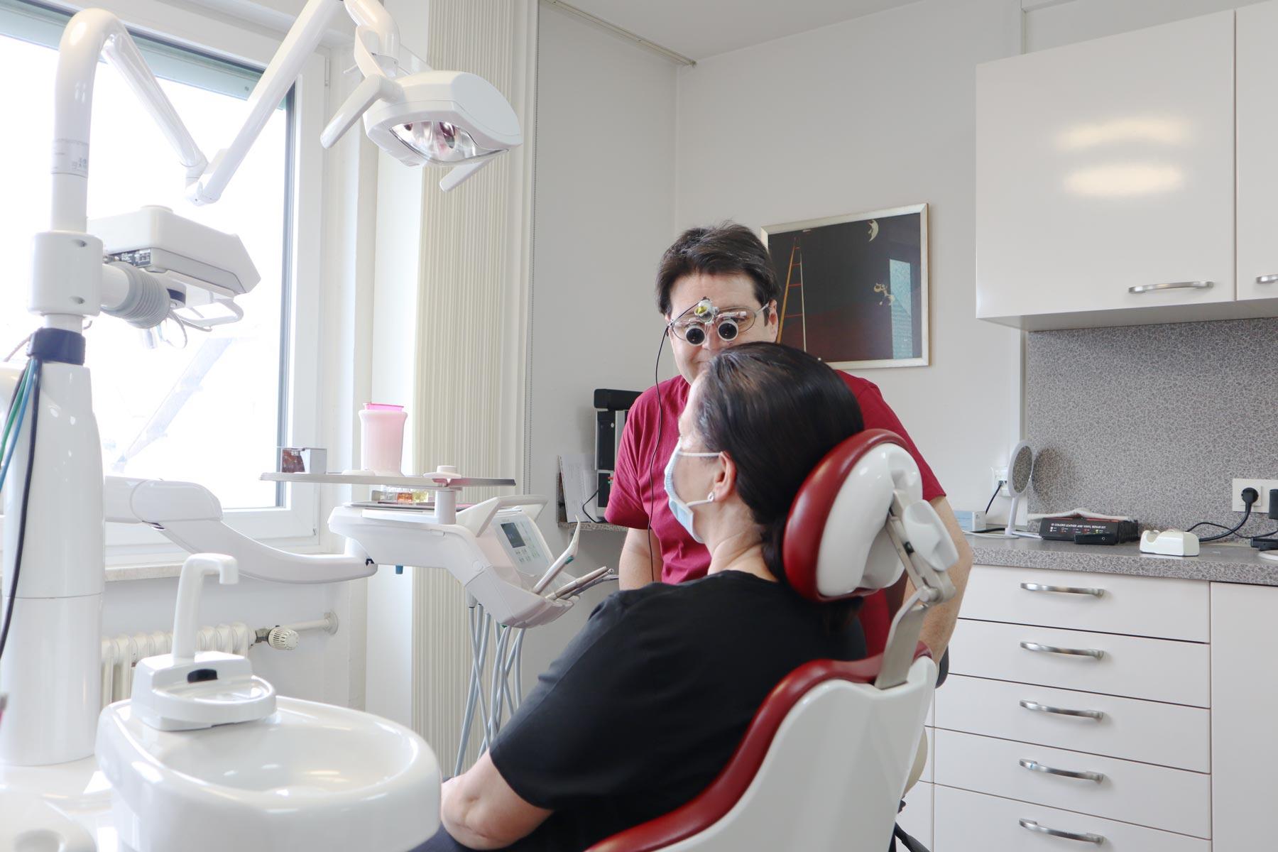 Zahnarzt Nelson Cartagena Behandlung mit Patient seitlich